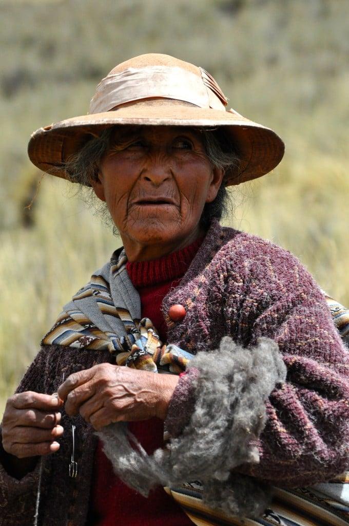De herderin met geraapte wol.