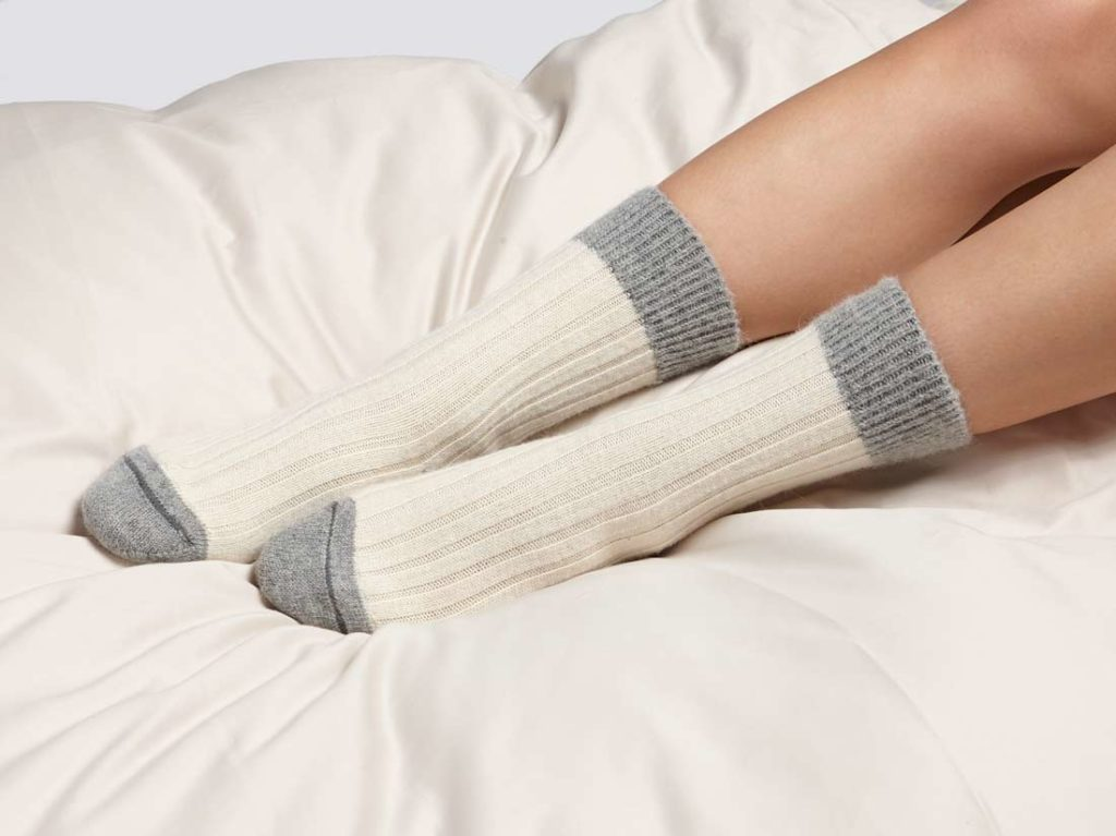 G209-alpaca-bed-socks-white-grey-4