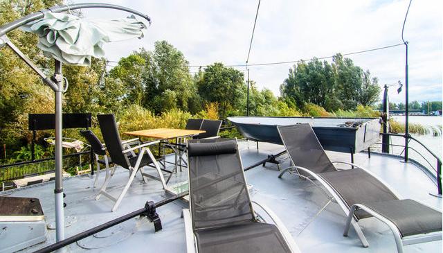 zonnige terras op boot met loungestoelen