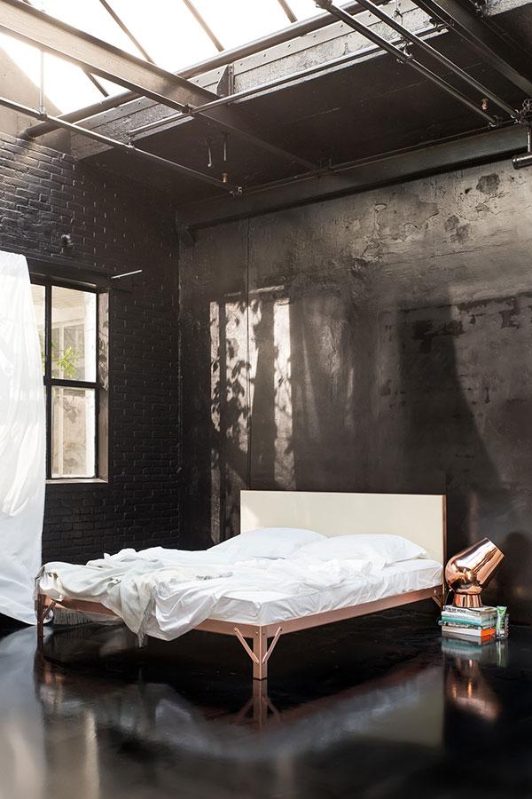 Koperen bed by Piet Heen Eek