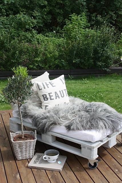 Oude pallets voor stijlvol loungebankje in de tuin